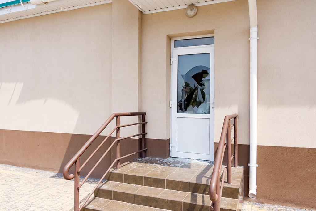 How to Repair a Cracked Door Closer